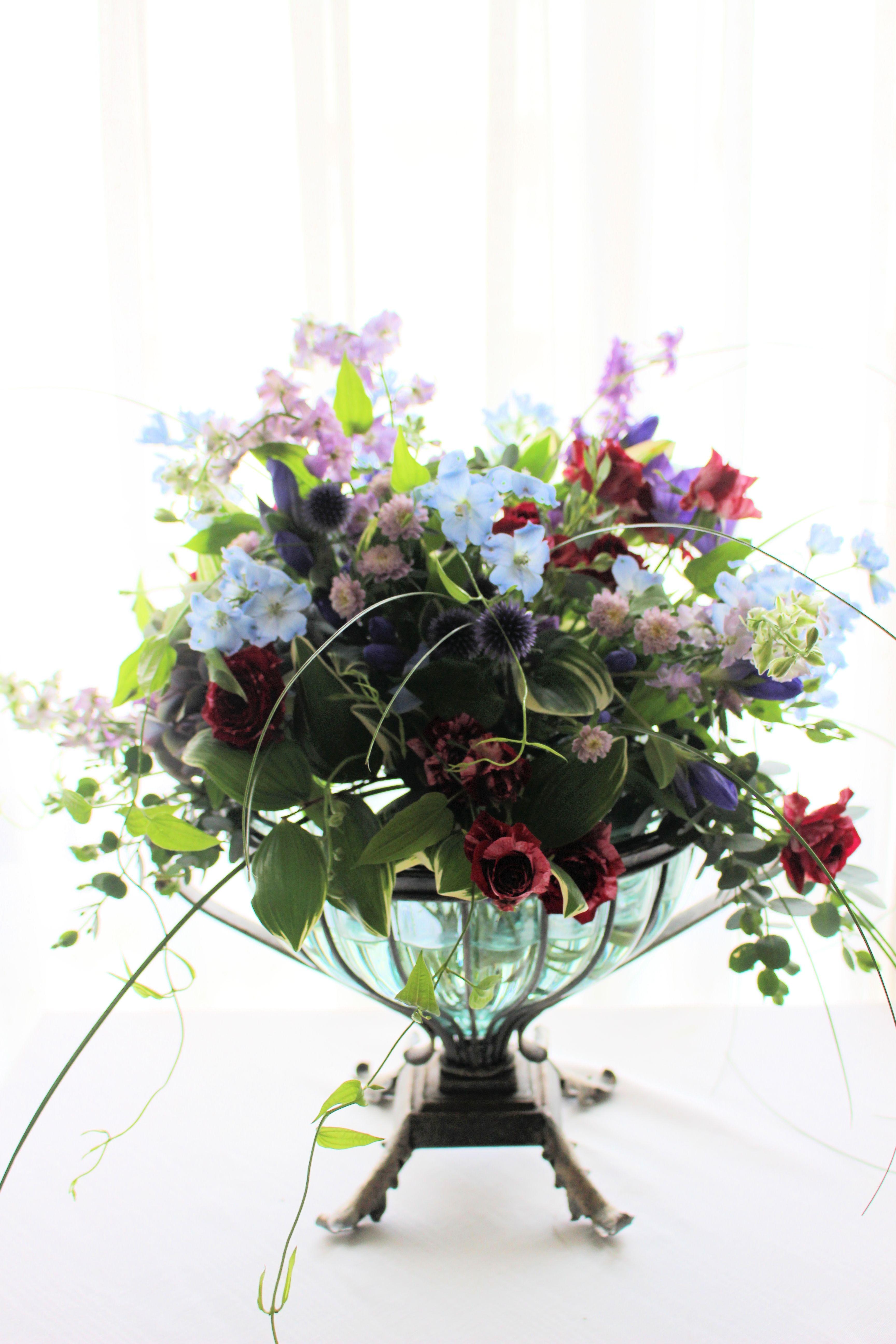 器にいれた花束